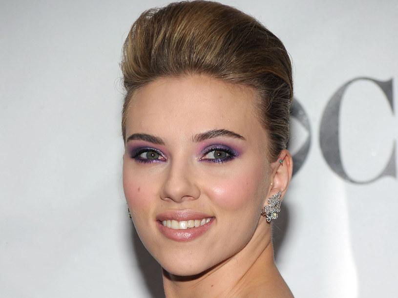 W nasyconym kolorami makijażu Scarlett Johansson odebrała nagrodę Tony  /Getty Images/Flash Press Media
