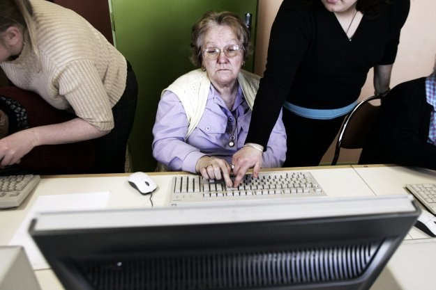 W naszym kraju żyją miliony ludzi, którzy nigd nie wysłali maila, nie potrafią znaleźć informacji w Google'u, nie zapłacili przez internet rachunku. Oczywiście są to osoby starsze. /AFP