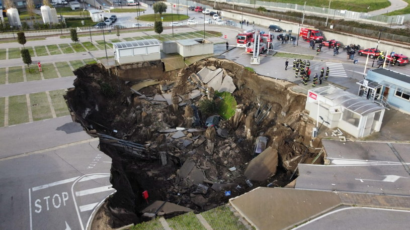 W Neapolu zapadła się ziemia /CIRO FUSCO /PAP/EPA