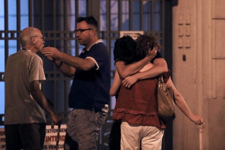 W Nicei ciężarówka wjechała w tłum, zginęło ponad 80 osób. Władzy podały, że to był atak terrorystyczny /VALERY HACHE / AFP /AFP