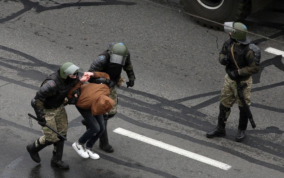 W niedzielę media informowały o użyciu przez milicję gazu łzawiącego, granatów hukowych i broni gładkolufowej wobec demonstrujących /PAP/EPA/STR /PAP