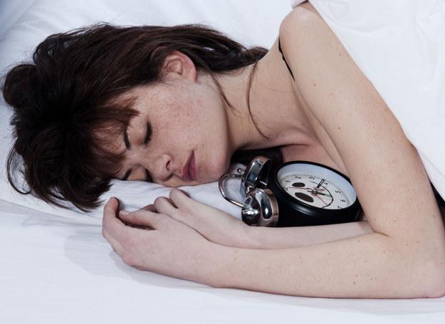 W niedzielę możemy spać odrobinę dłużej /123RF/PICSEL