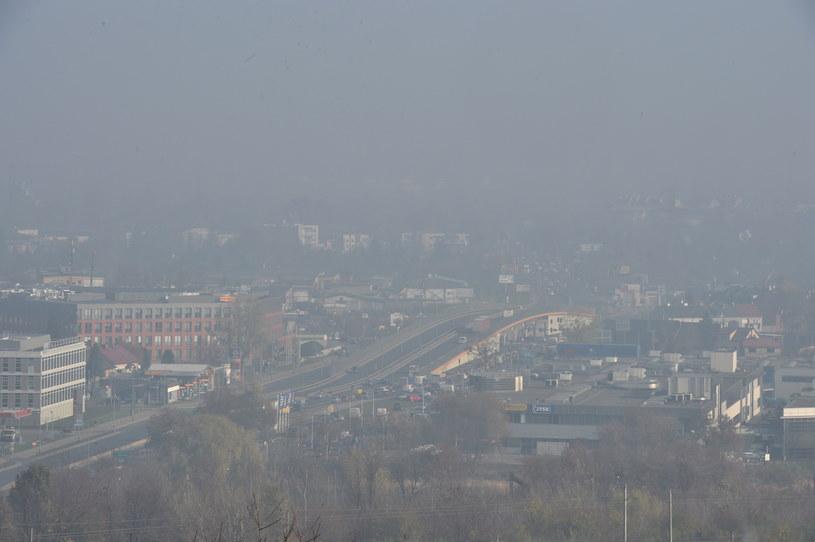W niedziele smog wiszący nad Krakowem od kilku dni wreszcie zniknął /Jacek Bednarczyk /PAP