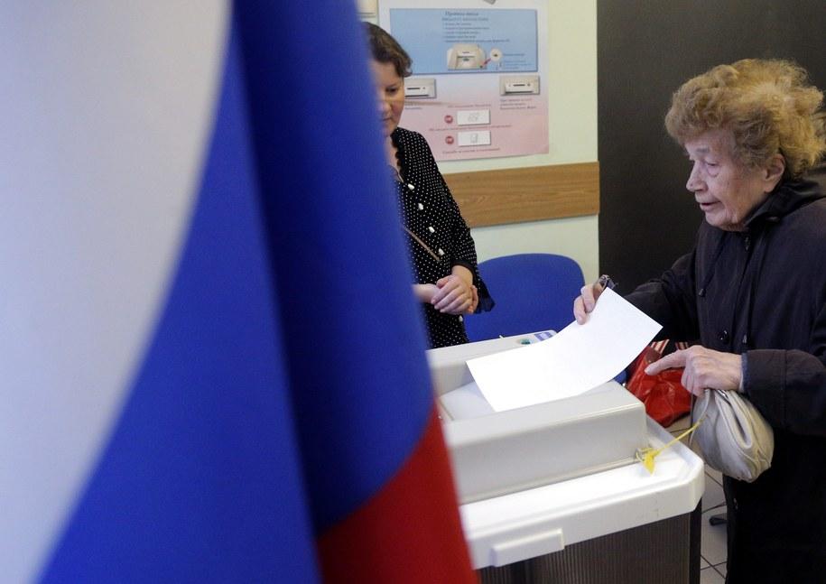 W niedzielę w 82 z 83 regionów Rosji odbyły się wybory lokalne różnego szczebla i referenda /MAXIM SHIPENKOV    /PAP/EPA