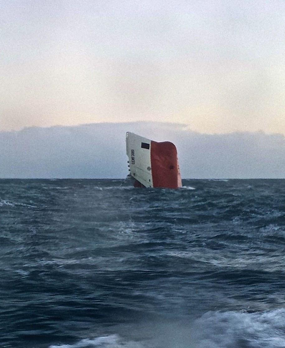 W niedzielę wrak statku, którego część jeszcze dzień wcześniej była widoczna nad wodą, ostatecznie poszedł na dno /BRITISH ROYAL NATIONAL LIFEBOAT INSTITUTION/WICK LIFEBOAT/HO HANDOUT /PAP/EPA