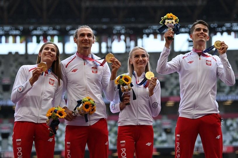 W niedzielny poranek Polacy stanęli na najwyższym stopniu podium w składzie (od lewej): Natalia Kaczmarek, Karol Zalewski, Justyna Święty-Ersetic, Kajetan Duszyński. /Ina Fassbender /AFP
