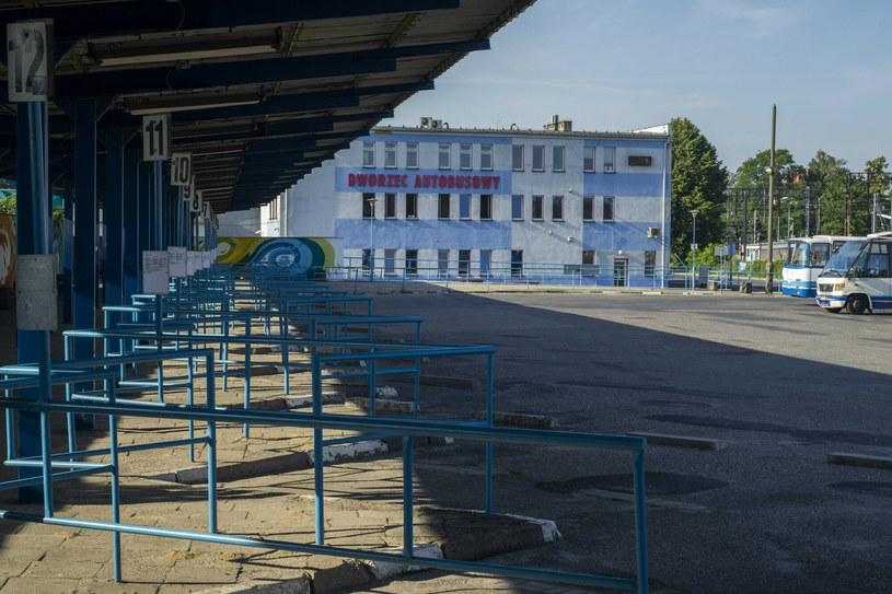 W niektórych miejscach nie trzeba było pandemii, by ujrzeć pusty dworzec PKS /Dawid Tatarkiewicz /East News