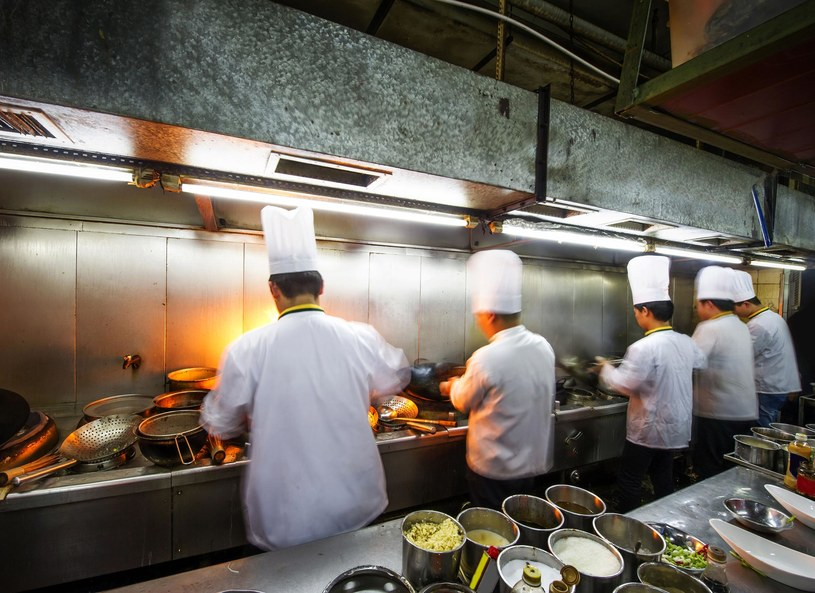 W niektórych resturacjach kucharze muszą nosić specjalne uniformy i czapki /123/RF PICSEL /123RF/PICSEL