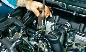 W niektórych silnikach wtryskiwacze się zapiekają, a nawet urywają przy wyciąganiu. Wtedy demontaż przez specjalistę kosztuje nawet 250 zł za sztukę. /Motor