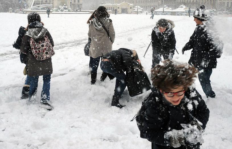 W niektórych włoskich miastach obowiązuje zakaz zabawy śnieżkami /AFP