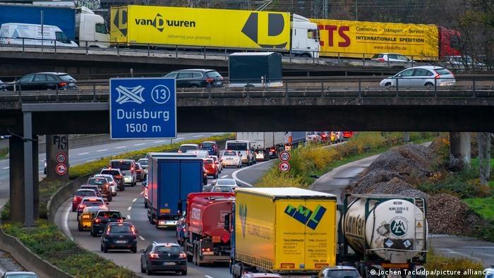 W Niemczech brakuje już od 60 000 do 80 000 kierowców ciężarówek /Deutsche Welle
