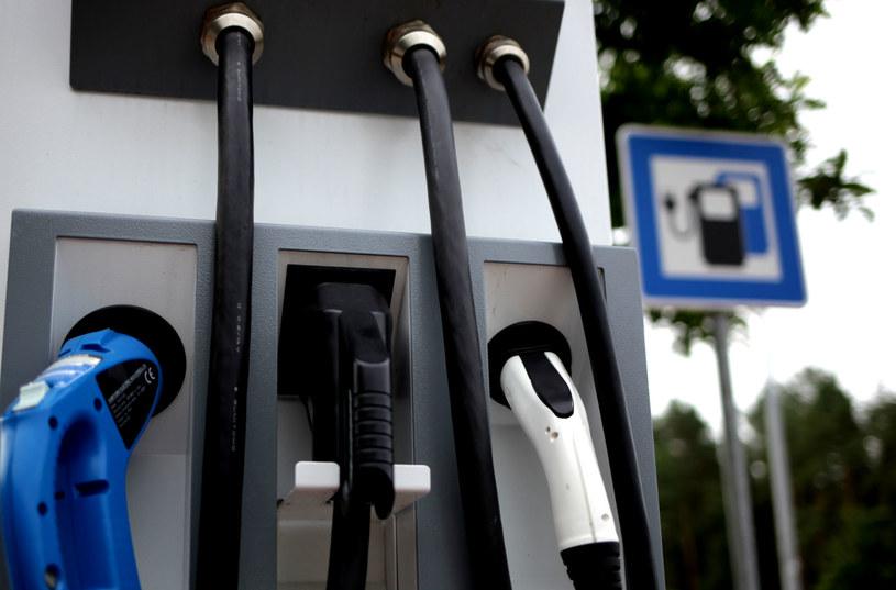 W Niemczech można spotkać już jednolite oznakowanie ładowarek, w Szwecji drogowskazy na stacje ładowania pojawiają się obok drogowskazów na stacje benzynowe i ładowania CNG. W Polsce nigdzie jeszcze takich oznakowań dróg nie znajdziemy /WysokieNapiecie.pl