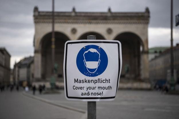 W Niemczech obowiązuje nakaz noszenia maseczek /PAP/EPA/LUKAS BARTH-TUTTAS /PAP