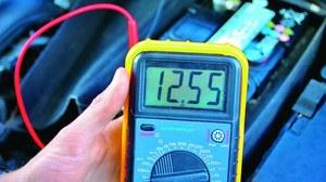 W niskich temperaturach napięcie spoczynkowe akumulatora nie powinno spadać poniżej 12,3 V. /Motor
