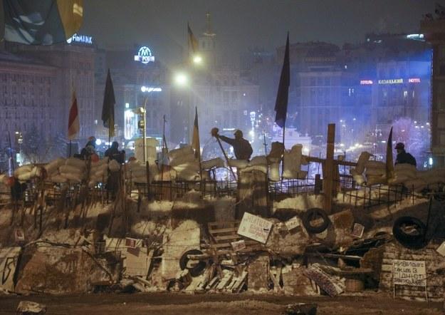 W nocy przy kilku barykadach straż pełniło kilkudziesięciu ochronarzy /SERGEY DOLZHENKO /PAP/EPA