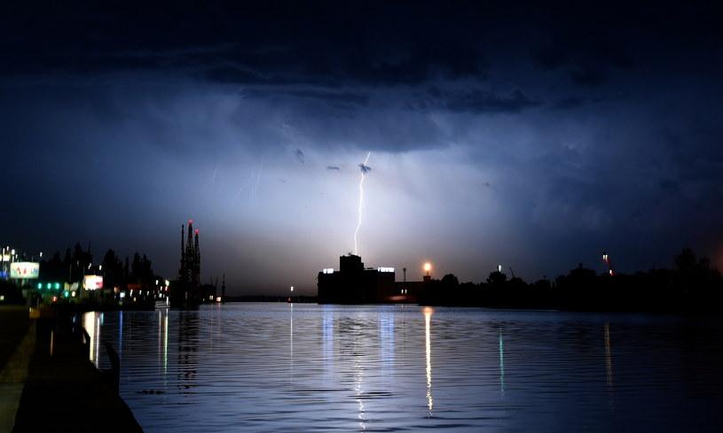 W nocy z wtorku na środę burza przeszła również nad Szczecinem / Marcin Bielecki    /PAP