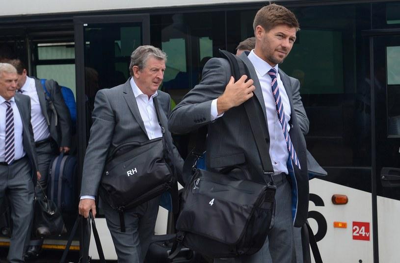 W nowych garniturach Anglicy (Steven Gerrard, a za nim Roy Hodgson) wyglądają niezwykle efektownie, czy taka będzie również ich gra? /AFP