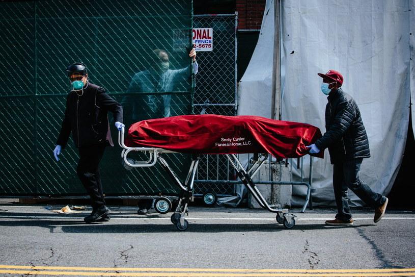 W Nowym Jorku więcej osób zmarło na koronawirusa niż w ataku na WTC /ALBA VIGARAY /PAP/EPA