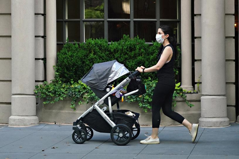 W Nowym Jorku wzrasta liczba osób w wieku od 20 do 29 lat zakażonych koronawirusem /CINDY ORD / GETTY IMAGES NORTH AMERICA / GETTY IMAGES VIA AFP /AFP