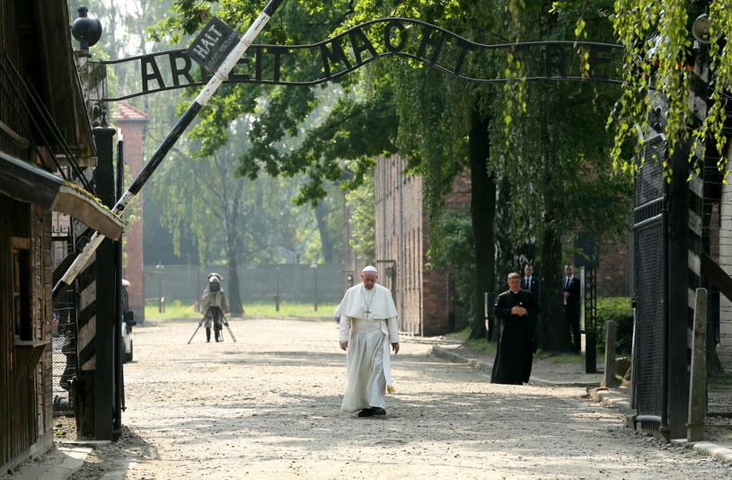 W obozie Auschwitz papież modlił się w ciszy /Paweł Supernak /PAP
