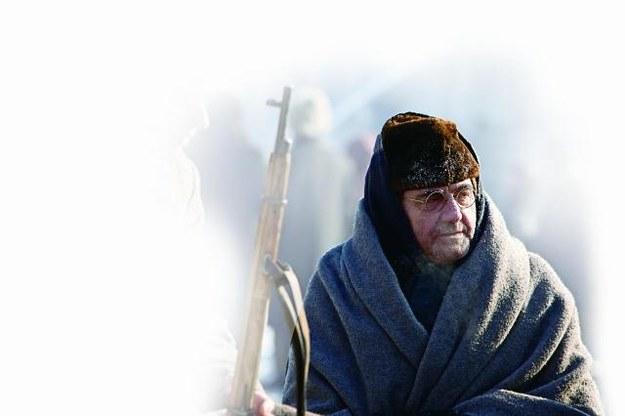 W obozie spotykają się ludzie różnych narodowości, wyznań i przekonań. Jest wśród nich m.in. nauczyciel Korcz (Jan Peszek). /Mat. Prasowe