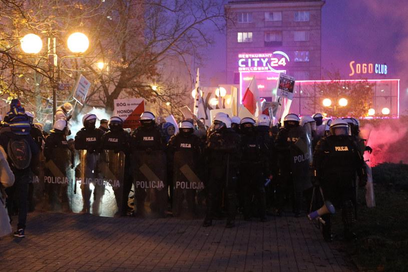 """W ocenie policji, tegoroczny """"Marsz Niepodległości"""" był najbezpieczniejszy od 10 lat, czyli od początku swojego istnienia /Fot Tomasz Jastrzebowski /Reporter"""