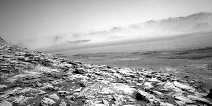 W oddali widać postrzępioną krawędź krateru Gale /NASA