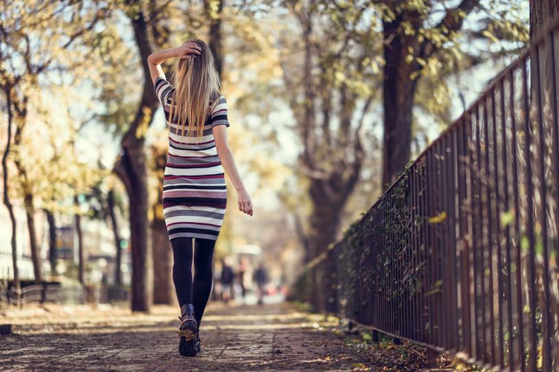 W odpowiedniej stylizacji letnie sukienki założysz również jesienią i zimą /123RF/PICSEL