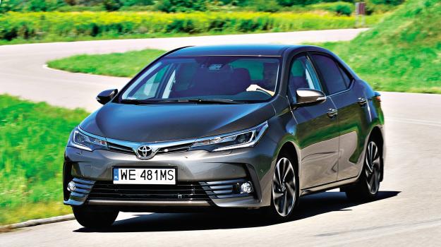 W odświeżonej Corolli w oczy rzuca się przede wszystkim nowy przód, nawiązujący wyglądem do innych nowych modeli Toyoty. /Motor