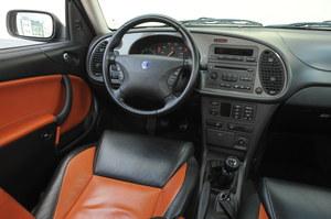 W ogólnym zarysie tablica przyrządów nawiązuje do modeli Saaba z lat 80., takich jak 90 czy 99. Jest tu jednak znacznie więcej wyświetlaczy i przycisków. Z miejsca kierowcy dobrze widać maskę. /Motor