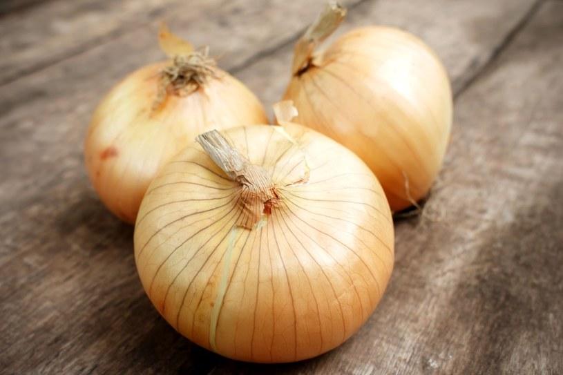 W ogródku samodzielnie można uprawiać cebulę /123RF/PICSEL