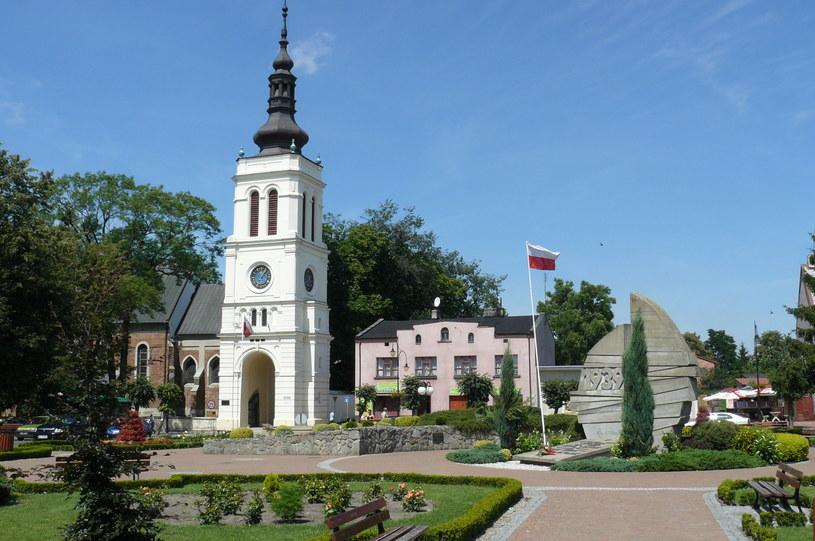 W okolicach uniejowskiego rynku zwiedzimy kilka wielowiekowych zabytków /Wikimedia Commons /domena publiczna
