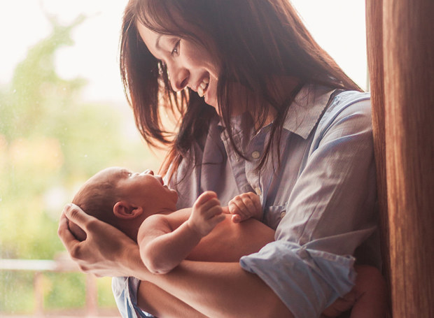 W okresie połogu nie tylko maleństwo wymaga wyjątkowej troski. Szczególną opieką należy otoczyć również młodą mamę /123RF/PICSEL