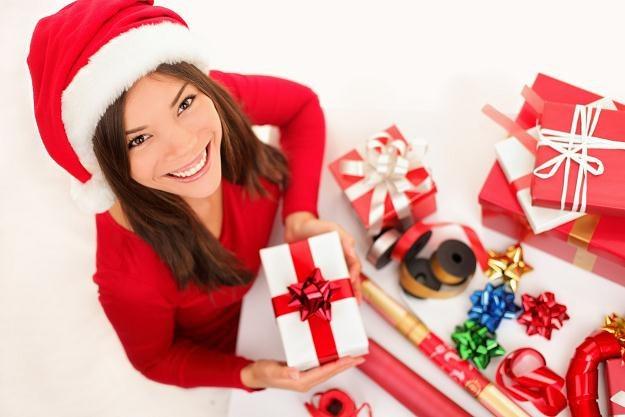 W okresie przedświątecznym można znaleźć pracę dorywczą m.in. przy pakowaniu prezentów /123RF/PICSEL