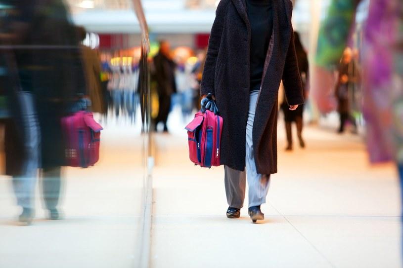 W okresie świątecznym, gdy jesteśmy zaaferowani zakupami, stajemy się doskonałym celem dla kiesoznkowców /123RF/PICSEL