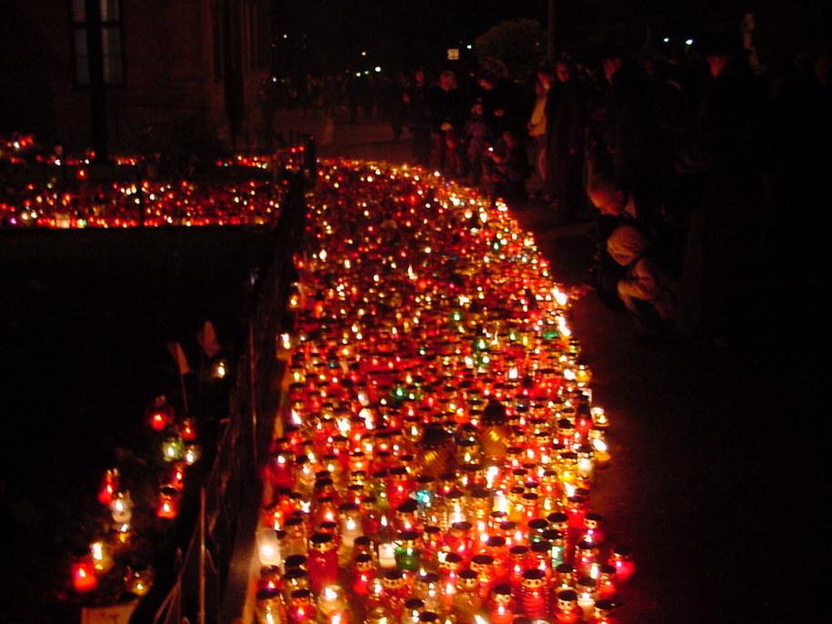W okresie Wszystkich Świętych w rejonie cmentarzy zmienia się organizacja ruchu /archiwum /RMF24