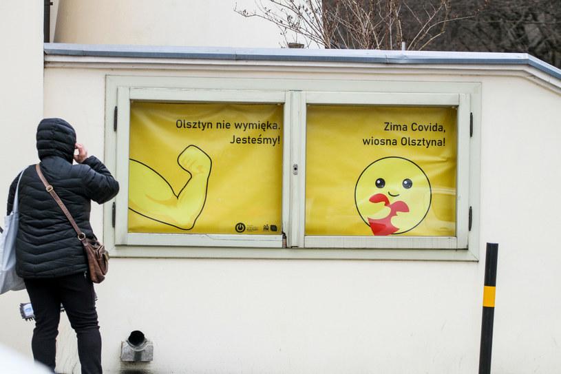 """W Olsztynie pojawiły się w ostatnim czasie plakaty z hasłami """"Olsztyn to nie Mazury. Covid to nie Warmia"""", """"Żadna fala nie pokona Olsztyna!"""", """"Olsztyn nie wymięka. Jesteśmy!"""", """"Zima Covida, wiosna Olsztyna"""" /Artur Szczepański /Reporter"""