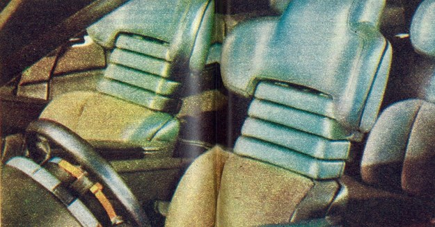 W oparciu fotela kierowcy umieszczono elementy sterowania… skrzynką przekładniową. Wszystko po to, aby ruchy dłoni mogły być jak najoszczędniejsze. /Motor