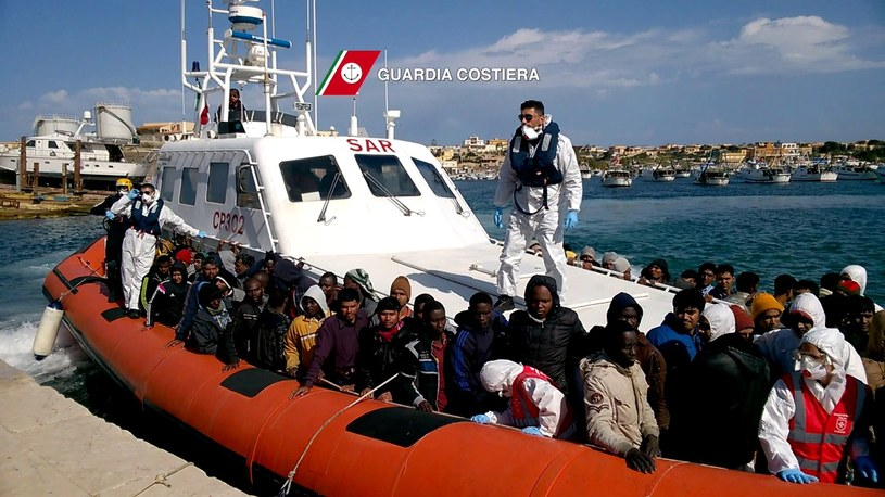 W operacji ratowania nielegalnych imigrantów uczestniczyły wraz ze Strażą Przybrzeżną okręty włoskiej marynarki wojennej /AFP