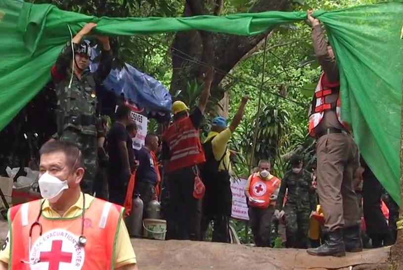 W operacji wydobywania dzieci z jaskini uczestniczy 90 nurków /CHIANG RAI PR OFFICE /PAP/EPA