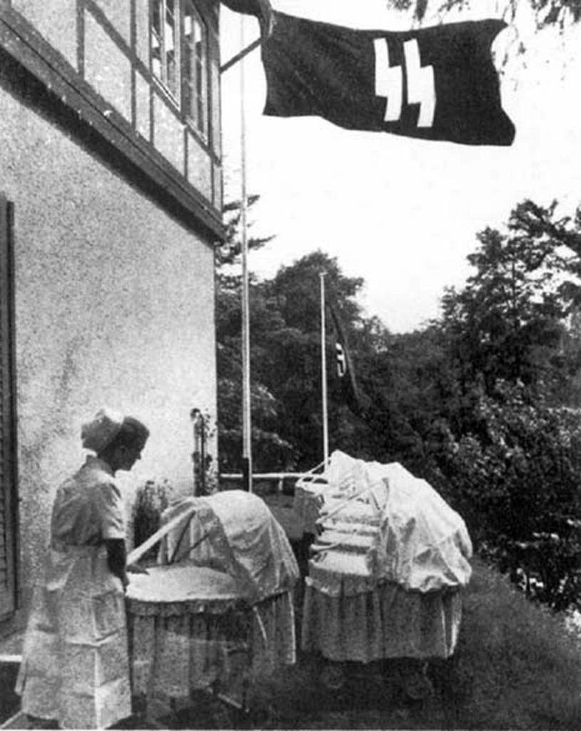 """W ośrodkach Lebensbornu rodziły się """"rasowo wartościowe"""" dzieci /AKG Images /East News"""
