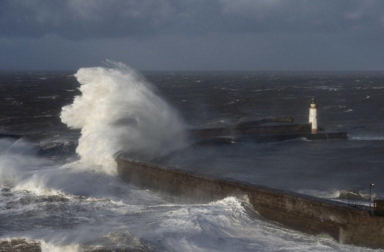 W ostatnich dniach orkan uprzykrzał życie Brytyjczykom /AFP