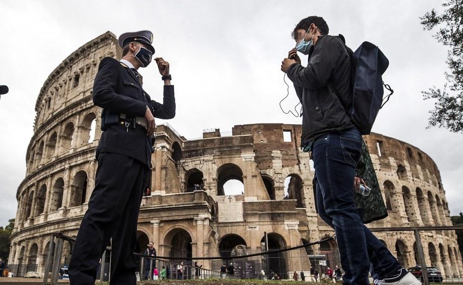 W ostatnich dniach we Włoszech notuje się od 2500 do ponad 2800 nowych zakażeń. /ANGELO CARCONI /PAP/EPA