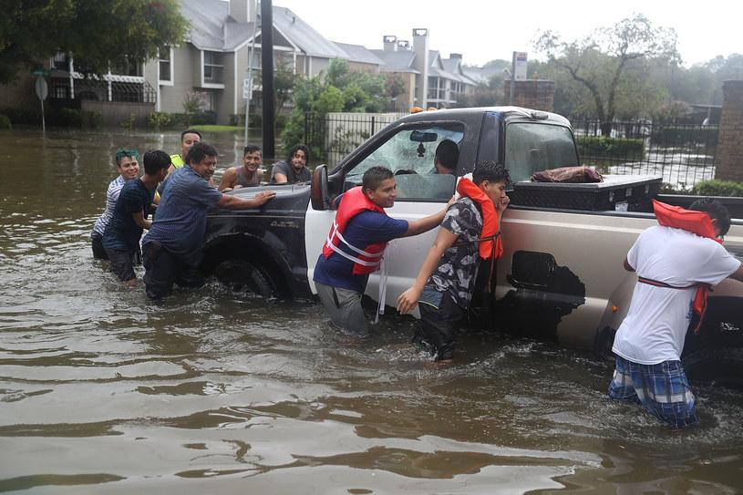 W ostatnich kilkunastu godzinach żywioł znacznie osłabł i przekształcił się w burzę tropikalną, której towarzyszą ulewne deszcze powodujące gigantyczne powodzie /AFP