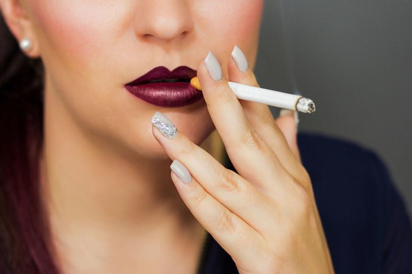 W ostatnich latach to kobiety częściej sięgają po papierosa /123RF/PICSEL