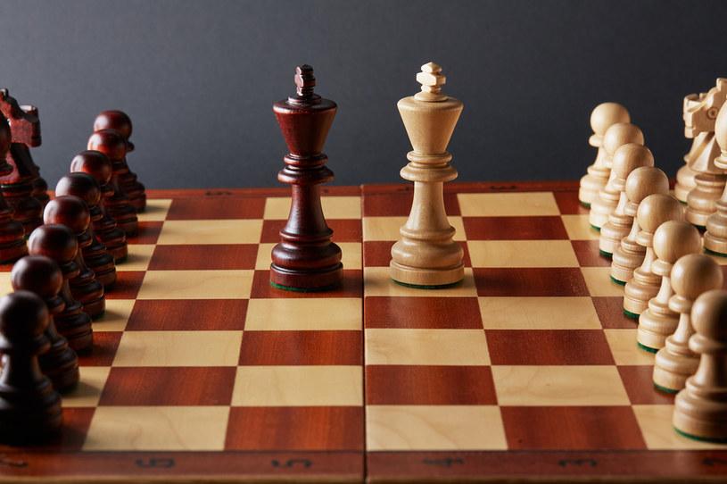 W ostatnim czasie szachy zyskały na popularności, nie tylko tradycyjne, ale także elektroniczne rozgrywki /123RF/PICSEL