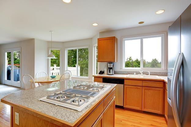 W otwartej kuchni większą uwagę przywiązujemy do detali i jakości materiałów /©123RF/PICSEL
