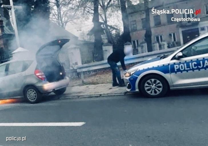 W palącym się aucie była dwójka małych dzieci /Policja