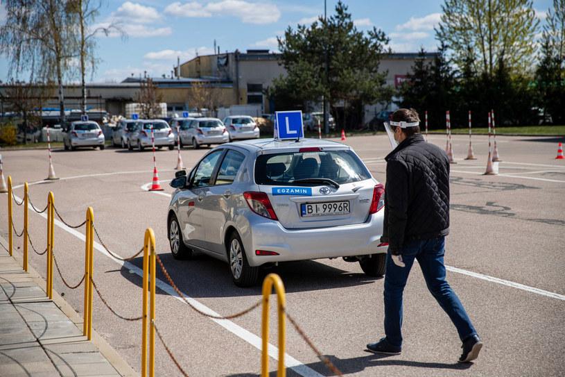 W pandemicznej rzeczywistości ludzie chcą jeździć własnymi autami. A mają problemy ze zdobyciem prawa jazdy /Wojciech Wojtkielewicz/Polska Press /East News