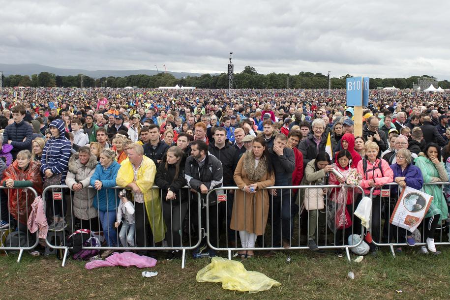 W papieskiej mszy uczestniczyło ok. 300 tys. osób /WILL OLIVER  /PAP/EPA
